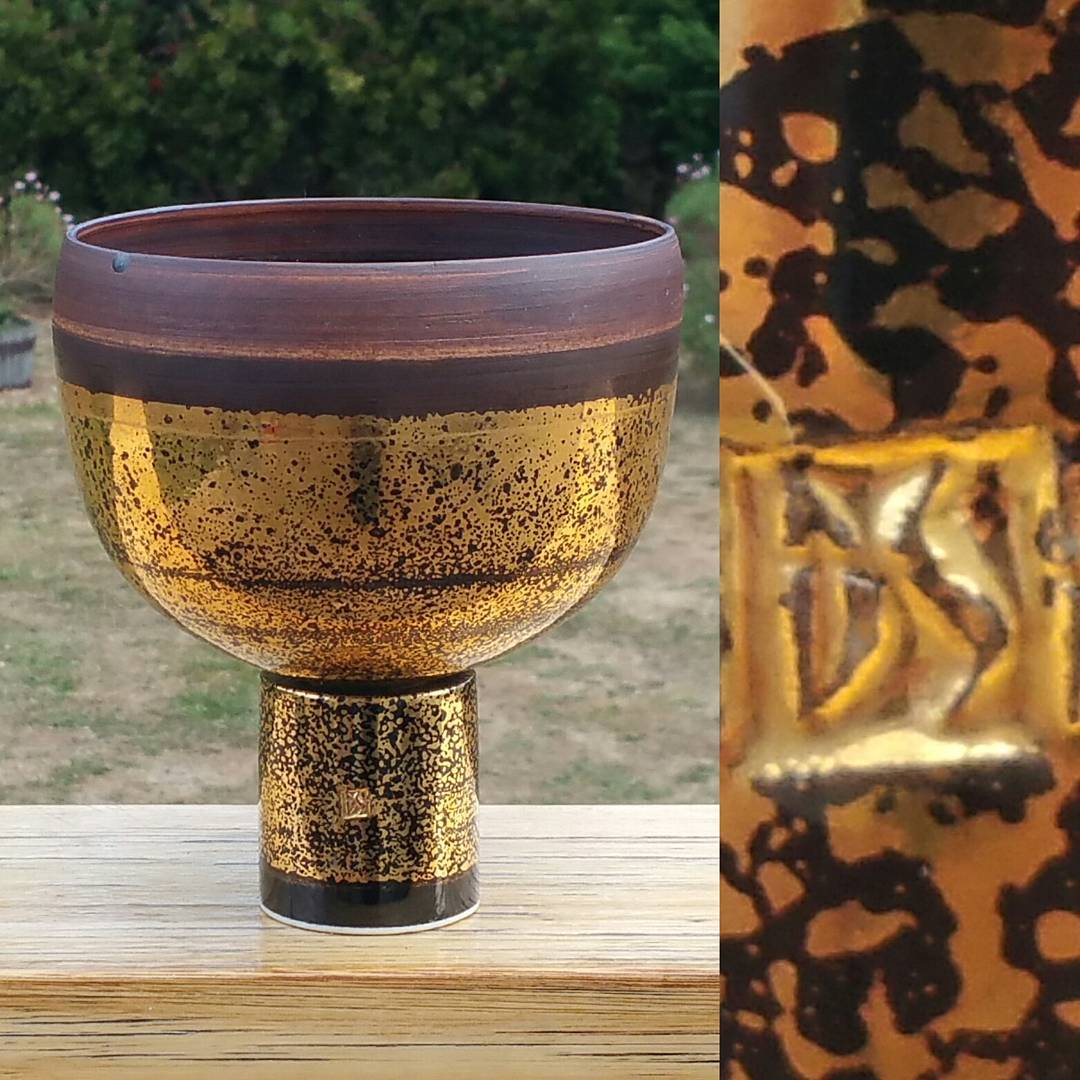Day 23: Today's piece is by Tasmanian potter Derek Smith. Known for his symmetry and clean cut lines and usually in earthy tones this gold lustre is a little bit of a departure from what you'd normally see. Derek is another of my fav Tasmanian potters. If i could fill my house works of this standard I'd be a happy collector. #AustralianPottery #AustralianArtPottery #australianceramics #TasmanianPottery #TasmanianCeramics #DerekSmith #DerekSmithPottery #AustralianDesign #Pottery #Ceramics #Tasmania #instapottery #365DaysofAustralianPottery